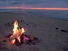 181e4e545a23b27cbcd0f18b37fbb537--beach-bonfire-beach-camping